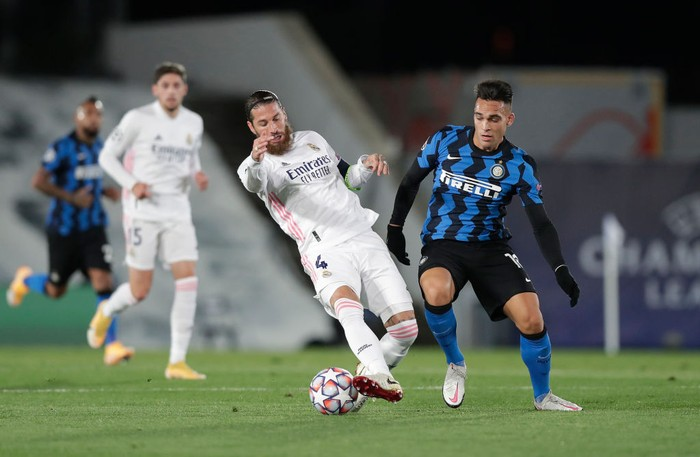 MADRID, SPAIN - NOVEMBER 03: Lautaro Martinez of Inter Milan and Sergio Ramos of Real Madrid clash during the UEFA Champions League Group B stage match between Real Madrid and FC Internazionale at Estadio Alfredo Di Stefano on November 03, 2020 in Madrid, Spain. Football Stadiums around Europe remain empty due to the Coronavirus Pandemic as Government social distancing laws prohibit fans inside venues resulting in fixtures being played behind closed doors. (Photo by Gonzalo Arroyo Moreno/Getty Images)