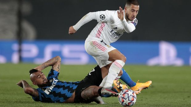 Real Madrid's Eden Hazard, right, controls the ball as Inter Milan's Arturo Vidal tries to stop him during the Champions League group B soccer match between Real Madrid and Inter Milan at the Alfredo Di Stefano stadium in Madrid, Spain, Tuesday, Nov. 3, 2020. (AP Photo/Bernat Armangue)