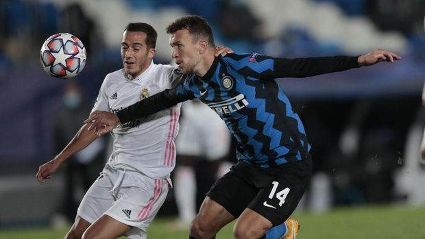 Inter Milan's Ivan Perisic, right, goes to score his side's second goal as Real Madrid's Marco Asensio tries to stop during the Champions League group B soccer match between Real Madrid and Inter Milan at the Alfredo Di Stefano stadium in Madrid, Spain, Tuesday, Nov. 3, 2020. (AP Photo/Bernat Armangue)