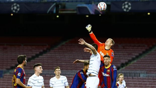 Barcelona's goalkeeper Marc-Andre ter Stegen top right, clears the ball during the Champions League group G soccer match between FC Barcelona and Dynamo Kyiv at the Camp Nou stadium in Barcelona, Spain, Wednesday, Nov. 4, 2020. (AP Photo/Joan Monfort)