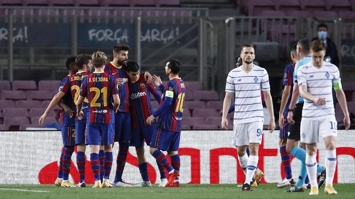 BARCELONA, SPAIN - NOVEMBER 04: Gerard Pique of Barcelona celebrates with his team mates after scoring his sides second goal during the UEFA Champions League Group G stage match between FC Barcelona and Dynamo Kyiv at Camp Nou on November 04, 2020 in Barcelona, Spain. Sporting stadiums around Spain remain under strict restrictions due to the Coronavirus Pandemic as Government social distancing laws prohibit fans inside venues resulting in games being played behind closed doors. (Photo by Eric Alonso/Getty Images)