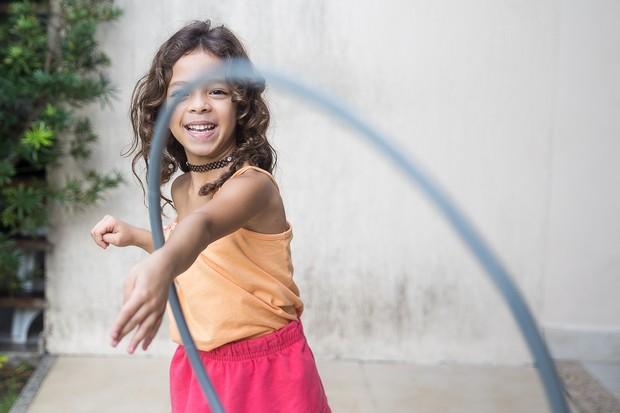 bermain hula hoop