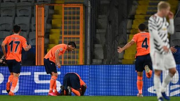 Istanbul Basaksehir's French forward Demba Ba (C) celebrates scoring his team's first goal during the UEFA Champions League football match group H, between Istanbul Basaksehir FK and Manchester United, on November 4, 2020, at the Basaksehir Fatih Terim stadium in Istanbul. (Photo by OZAN KOSE / AFP)