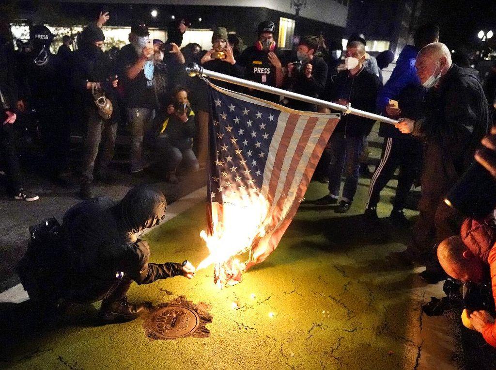 Rusuh! Massa Anti-Biden di Portland Bentrok dengan Polisi