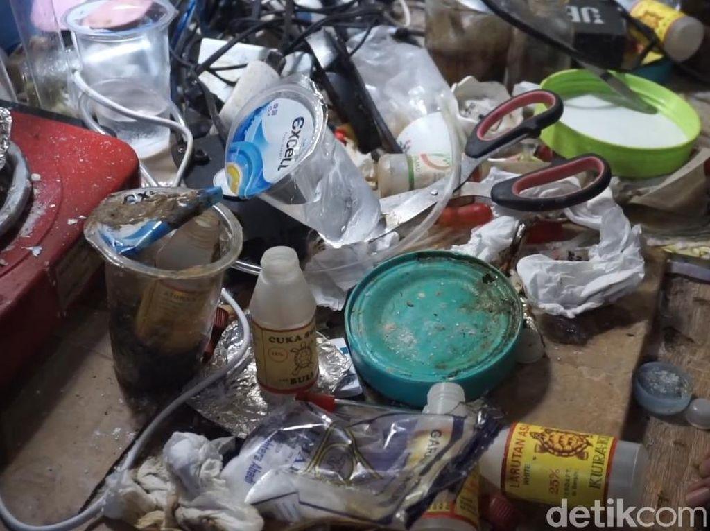 Video Penggerebekan Rumah Eksperimen Produksi Sabu di Mojokerto