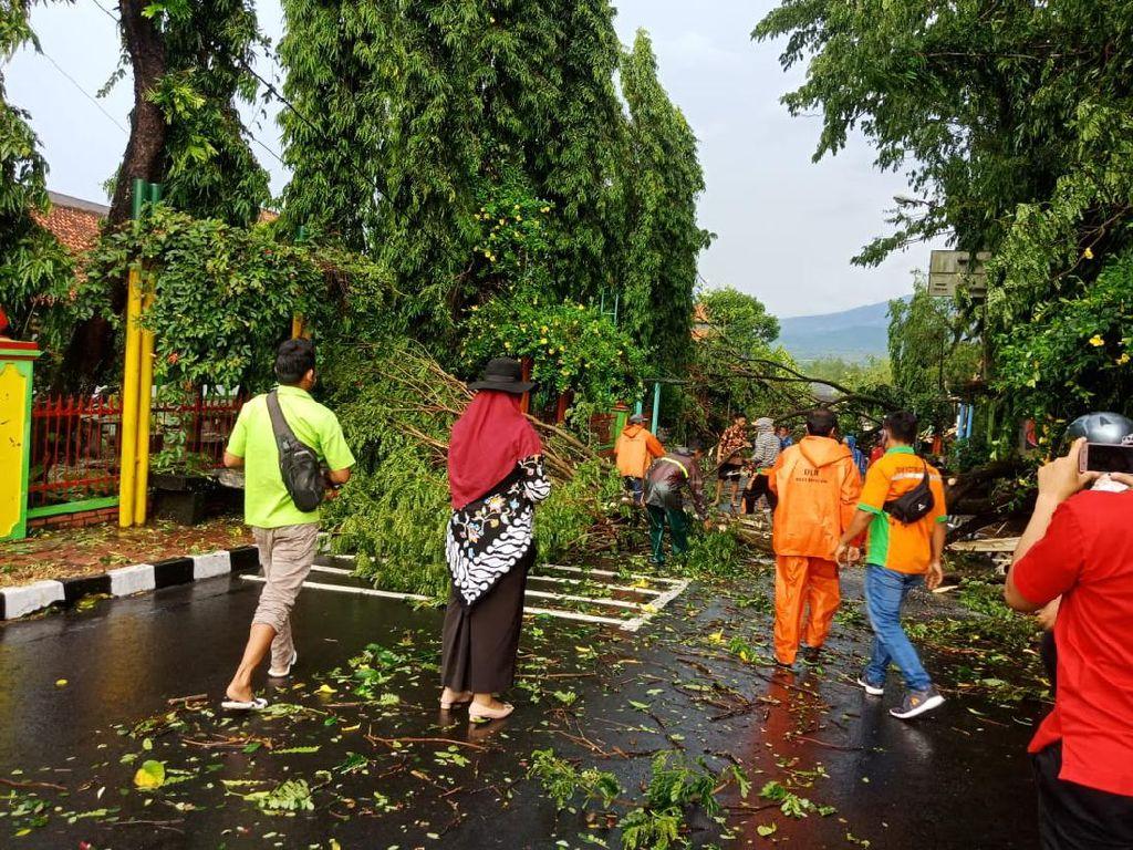 Taman Wisata Kyai Langgeng Magelang Diterjang Angin Kencang