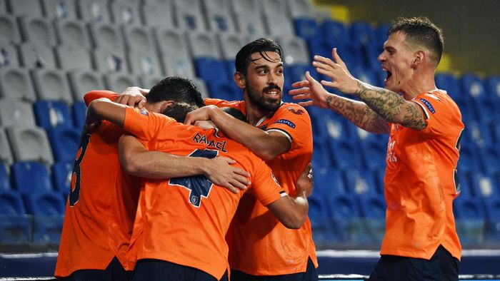 ISTANBUL, TURKEY - NOVEMBER 04: Edin Visca of Istanbul Basaksehir celebrates with Danijel Aleksic of Istanbul Basaksehir and Rafael of Istanbul Basaksehir after scoring his sides second goal during the UEFA Champions League Group H stage match between Istanbul Basaksehir and Manchester United at Basaksehir Fatih Terim Stadyumu on November 04, 2020 in Istanbul, Turkey. Sporting stadiums around Turkey remain under strict restrictions due to the Coronavirus Pandemic as Government social distancing laws prohibit fans inside venues resulting in games being played behind closed doors. (Photo by Burak Kara/Getty Images)