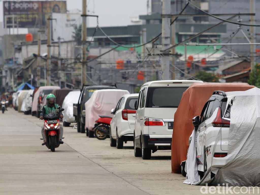 Jalan Inspeksi Kanal Banjir Barat Kini Jadi Parkiran Umum