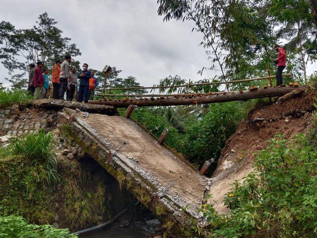 Tersapu Banjir, Jembatan Antardesa di Trenggalek Putus