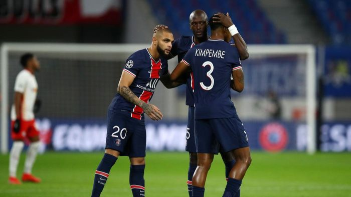 LEIPZIG, GERMANY - NOVEMBER 04: Danilo Pereira of Paris Saint-Germain interacts with Layvin Kurzawa of Paris Saint-Germain and Presnel Kimpembe of Paris Saint-Germain  during the UEFA Champions League Group H stage match between RB Leipzig and Paris Saint-Germain at Red Bull Arena on November 04, 2020 in Leipzig, Germany. Sporting stadiums around Germany remain under strict restrictions due to the Coronavirus Pandemic as Government social distancing laws prohibit fans inside venues resulting in games being played behind closed doors. (Photo by Maja Hitij/Getty Images)