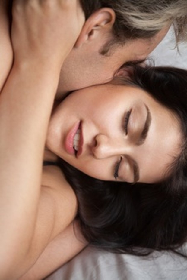 Saat orgasme, tubuhmu akan melepaskan oksitosin, zat kimia perasaan senang yang membanjiri tubuh dengan perasaan rileks, damai, dan bahagia.