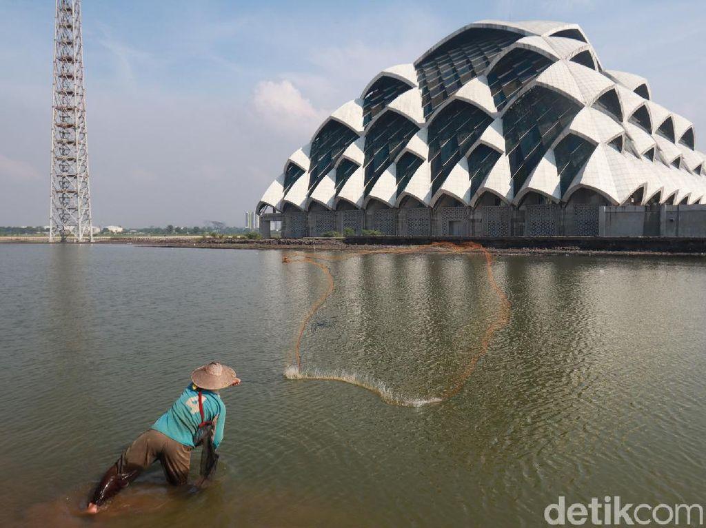 Foto: Saat Masjid Jadi Tempat Mancing Ikan