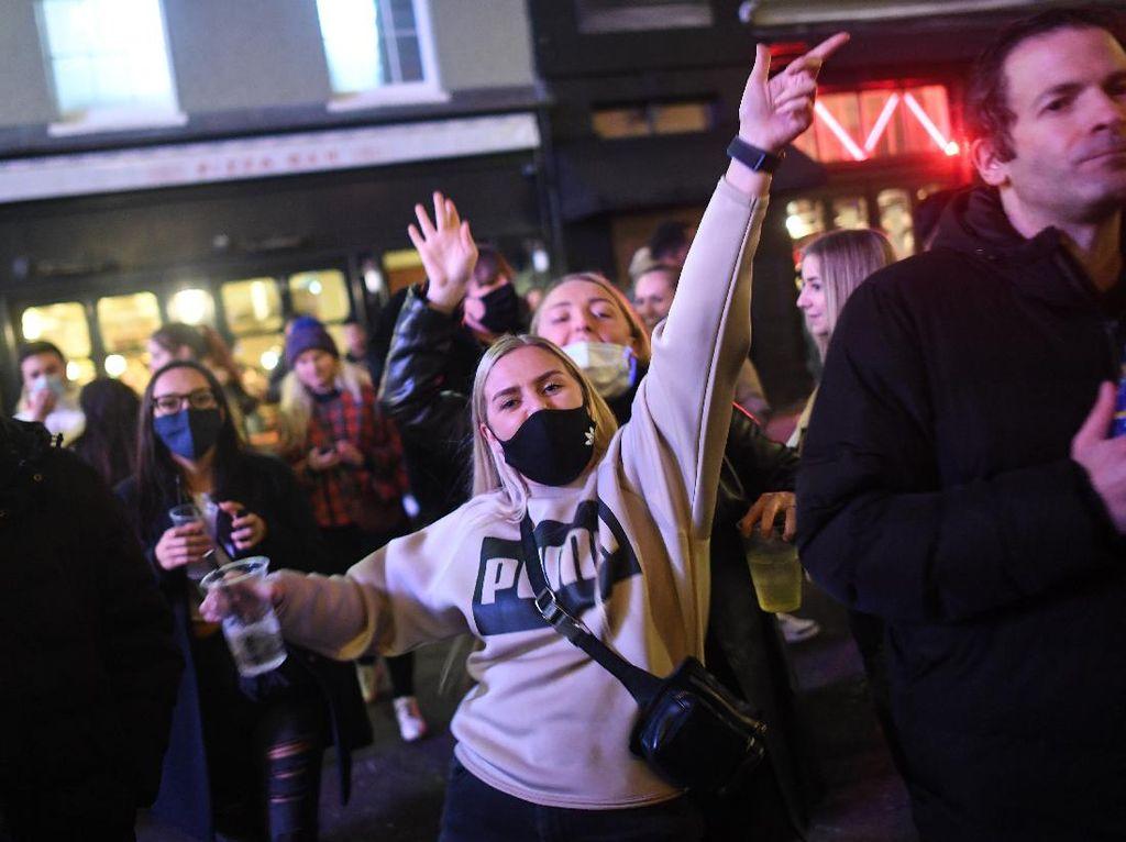 Foto: Heboh Pesta di Jalanan London Sebelum Inggris Lockdown Jilid 2