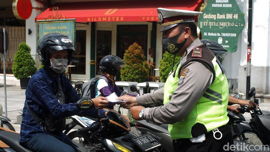 Polisi Bagi-bagi Masker Saat Operasi Zebra Progo