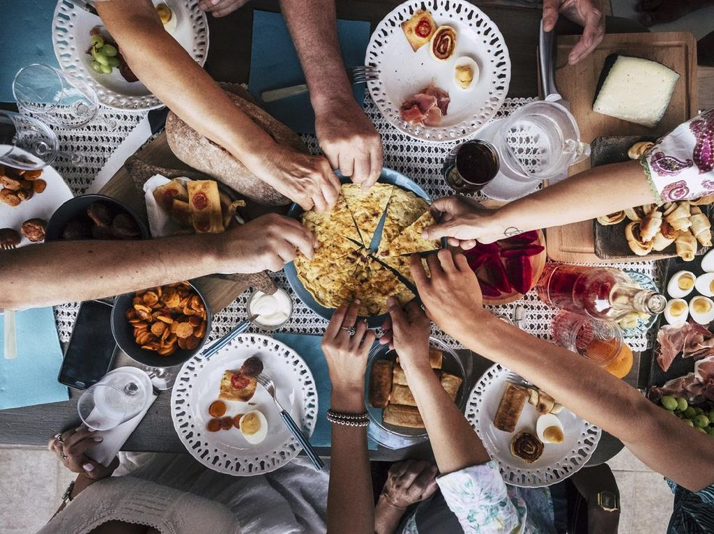 Rasulullah Menganjurkan Makan Pakai Tangan Kanan, Ini Alasannya