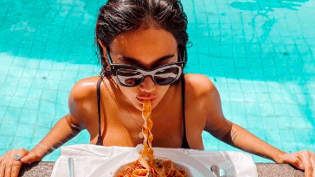Pose Seksi Ratu Felisha Saat Ngopi dan Makan Pasta
