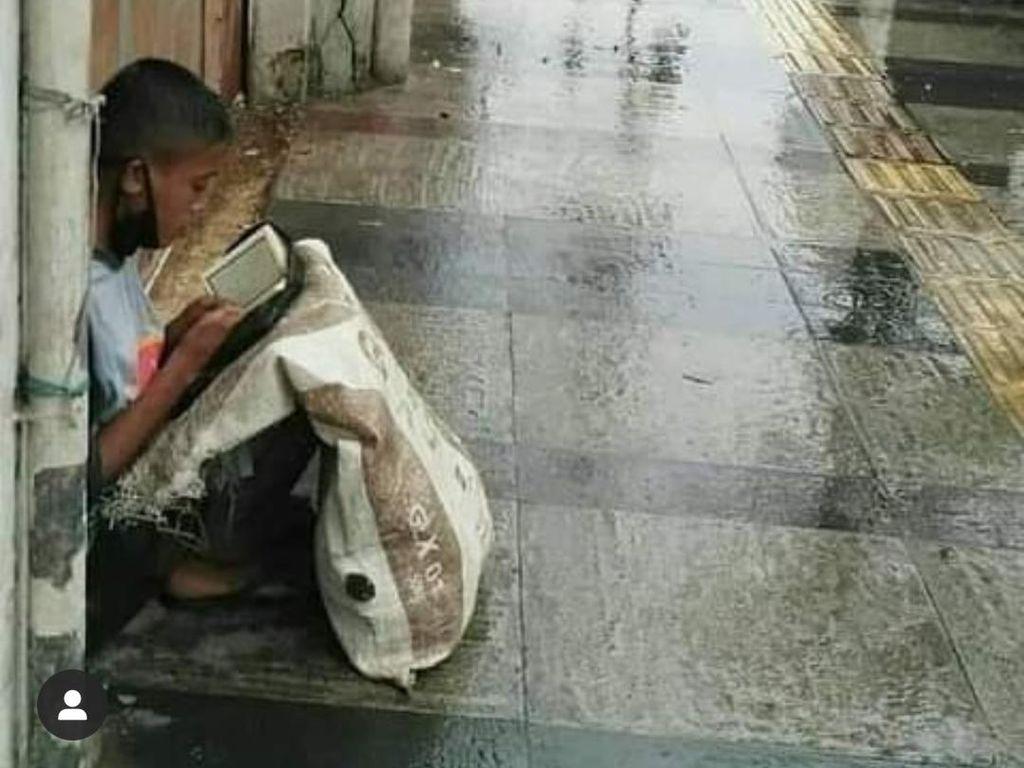 Viral Foto Remaja Pemulung Baca Al-Quran di Trotoar Jalan Bandung