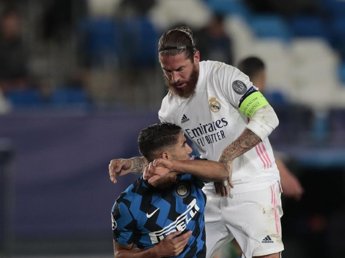 Inter Milans Achraf Hakimi, left, and Real Madrids Sergio Ramos scuffle during the Champions League group B soccer match between Real Madrid and Inter Milan at the Alfredo Di Stefano stadium in Madrid, Spain, Tuesday, Nov. 3, 2020. (AP Photo/Bernat Armangue)