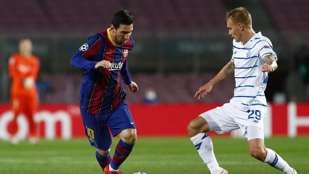 Barcelona's Lionel Messi, left, duels for the balls with Dynamo Kyiv's Vitaliy Buyalskyi during the Champions League group G soccer match between FC Barcelona and Dynamo Kyiv at the Camp Nou stadium in Barcelona, Spain, Wednesday, Nov. 4, 2020. (AP Photo/Joan Monfort)