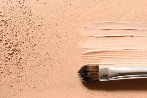 ilustrasi: jika dilema antara dua warna shade foundation, pilih yang lebih terang