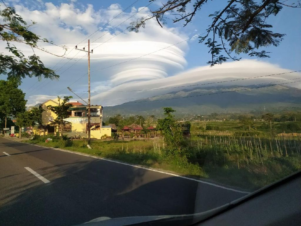 Cantik! Fenomena Topi Awan Terjadi di Gunung Lawu Pagi Tadi