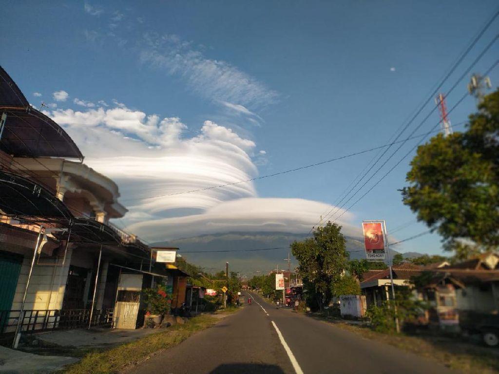 Muncul Topi Awan di Gunung Lawu, BMKG: Waspada Turbulensi!