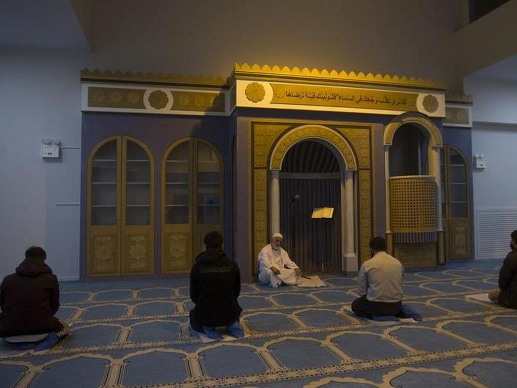 Umat Muslim di Athena Kini Punya Masjid Resmi