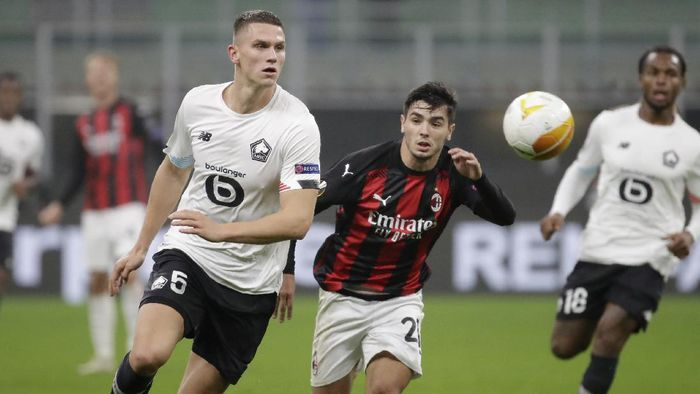 AC Milans Brahim Diaz, right, views for the ball with Lilles Sven Botman during the Europa League Group H soccer match between AC Milan and Lille at the San Siro Stadium, in Milan, Italy, Thursday, Nov. 5, 2020. (AP Photo/Luca Bruno)