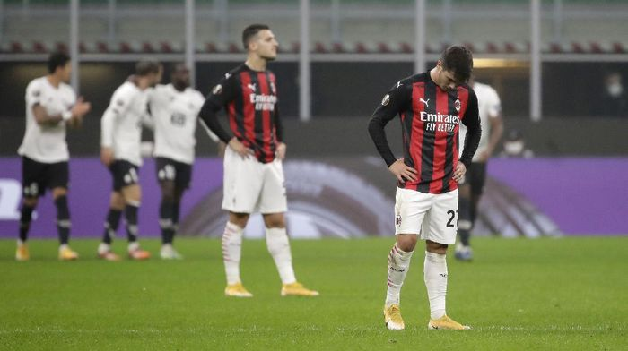 AC Milans Brahim Diaz, right, reacts after Lilles Yusuf Yazici scored during the Europa League Group H soccer match between AC Milan and Lille at the San Siro Stadium, in Milan, Italy, Thursday, Nov. 5, 2020. (AP Photo/Luca Bruno)