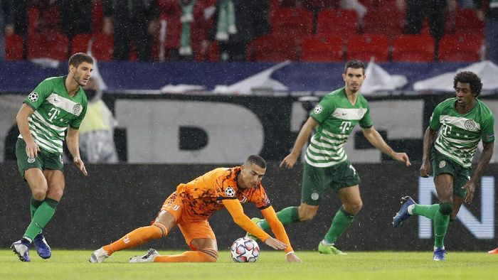 Juventus Cristiano Ronaldo, second left, goes to ground after a challenge during the Champions League Group G soccer match between Ferencvaros and Juventus at the Puskas Arena in Budapest, Hungary, Wednesday, Nov. 4, 2020. (AP Photo/Laszlo Balogh)