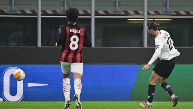 Lille's Turkish midfielder Yusuf Yazici (R) shoots and scores a goal during the UEFA Europa League first round day three Group H football match between AC Milan and Lille (LOSC) at the Meazza stadium in Milan on November 5, 2020. (Photo by MIGUEL MEDINA / AFP)