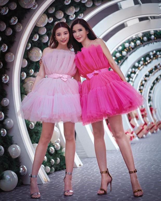 Bersama sang mama, Calista tampil mengenakan mini dress model kemban berbahan tulle berwarna baby pink. Ia tampak cantik, imut, dan girly.