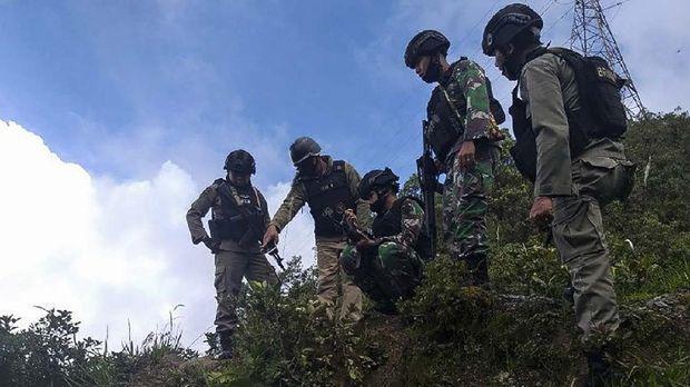 Arsip-Tim gabungan TNI-Polri saat melihat lokasi ditemukannya Sakeus di sekitar Mile 62 Tembagapura, beberapa waktu lalu. ANTARA/HO-Humas Polda Papua