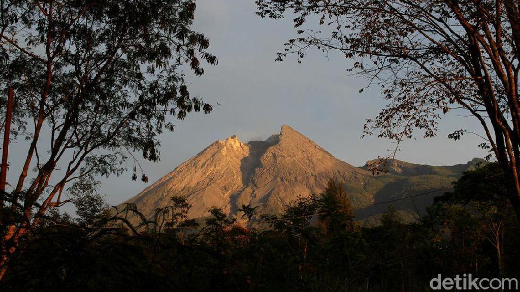 Melihat Aktivitas Gunung Merapi dari Berbagai Wilayah di Jawa Tengah