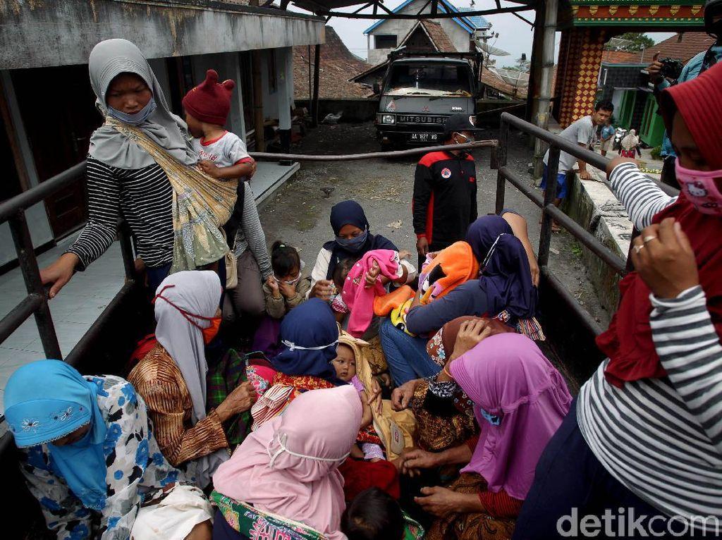 Gunung Merapi Siaga, Warga 3 Desa di Magelang Mulai Mengungsi