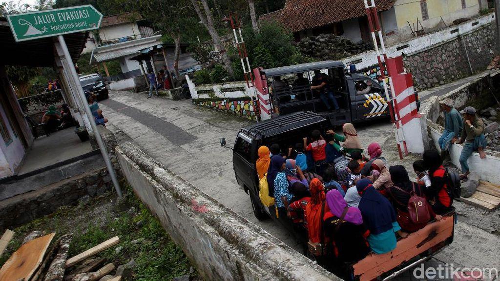 Gunung Merapi Siaga, Warga di Dusun Krinjing Magelang Dievakuasi