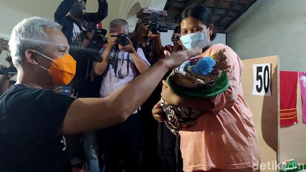 Momen Ganjar Kunjungi Para Pengungsi Merapi di Magelang