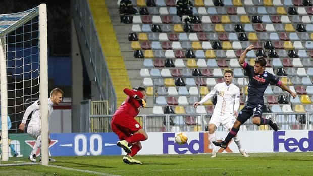 , left, and challenge for the ballNapoli's Diego Demme, right, scores his side's opening goal Europa League Group F soccer match between Rijeka and Napoli at the Rujevica stadium in Rijeka, Croatia, Thursday, Nov. 5, 2020. (AP Photo/Darko Bandic)