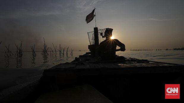 Heri Susanto (55th) satu dari sedikit nelayan tembak di Kampung Nelayan Cilincing, tidak banyak memang yang mengkhususkan menjadi nelayan tembak mungkin bisa dihitung jari saja di Cilincing menurut Heri. CNN Indonesia/Adhi Wicaksono