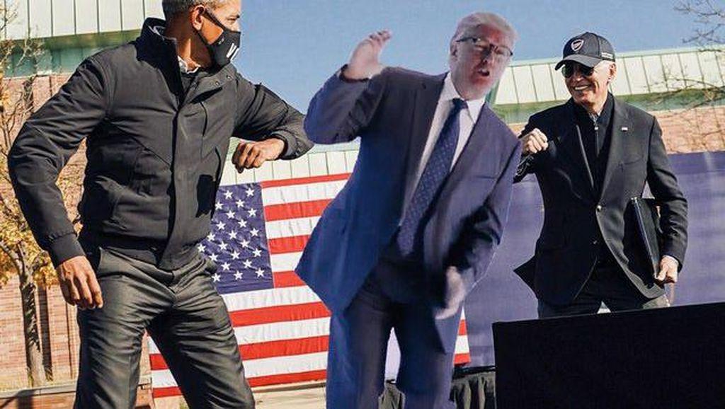 Adu Sikut Obama dan Biden Jadi Bahan Photoshop Kocak