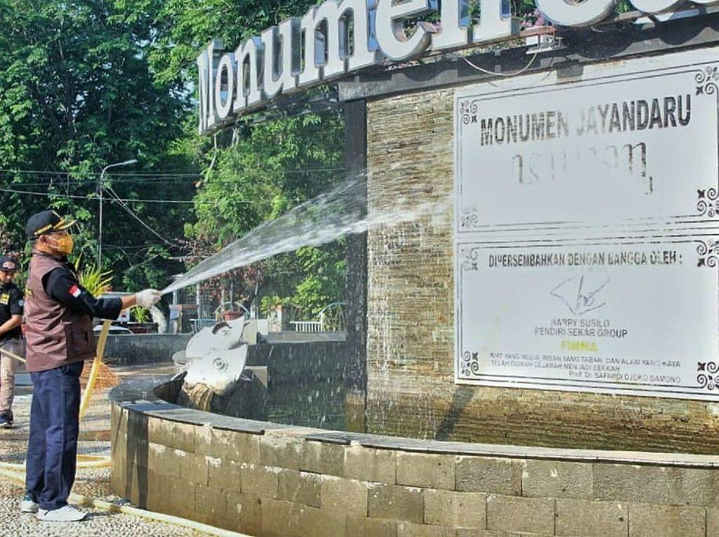Ketika Pj Bupati Sidoarjo Bersih-bersih Monumen Jayandaru Bersama Warga