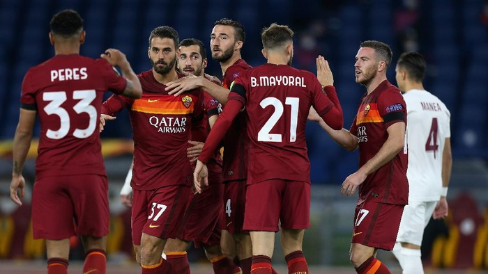 ROME, ITALY - NOVEMBER 05:  Henrikh Mkhitaryan with his teammates of AS Roma celebrates after scoring the opening goal during the UEFA Europa League Group A stage match between AS Roma and CFR Cluj at Stadio Olimpico on November 5, 2020 in Rome, Italy.  (Photo by Paolo Bruno/Getty Images)
