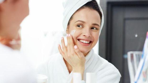 Tips memakai face oil dengan mengaplikasikan pelembap.