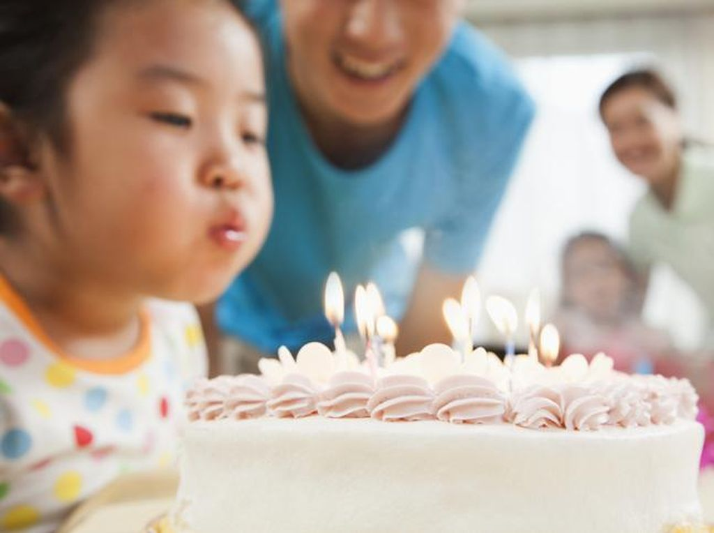Apakah Aman Tiup Lilin Kue Ulang Tahun di Tengah Pandemi Covid-19?