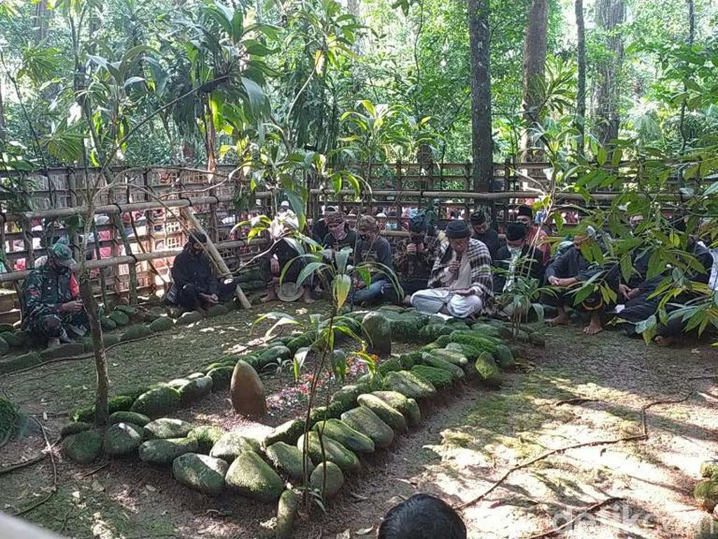 Potret Tradisi Merlawu Ciamis, Doa dan Makan Bareng di Makam Leluhur