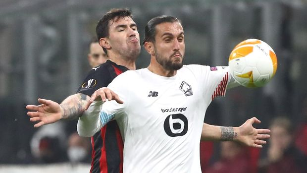 MILAN, ITALY - NOVEMBER 05:  Yusuf Yazici (R) of LOSC Lille competes for the ball with Alessio Romagnoli (back) of AC Milan during the UEFA Europa League Group H stage match between AC Milan and LOSC Lille at San Siro Stadium on November 5, 2020 in Milan, Italy.  (Photo by Marco Luzzani/Getty Images)
