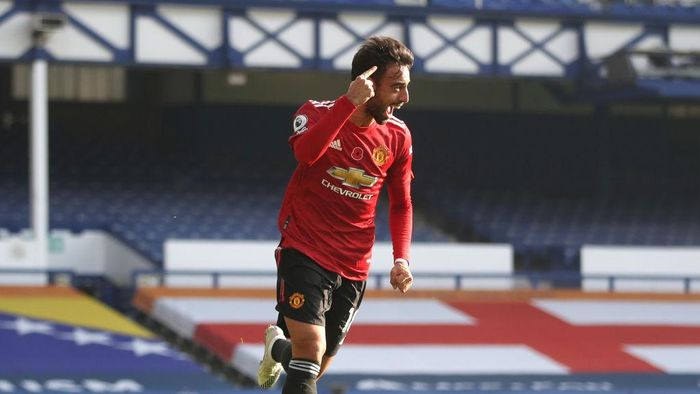 LIVERPOOL, ENGLAND - NOVEMBER 07: Bruno Fernandes of Manchester United celebrates after scoring his teams first goal during the Premier League match between Everton and Manchester United at Goodison Park on November 07, 2020 in Liverpool, England. Sporting stadiums around the UK remain under strict restrictions due to the Coronavirus Pandemic as Government social distancing laws prohibit fans inside venues resulting in games being played behind closed doors. (Photo by Carl Recine - Pool/Getty Images)