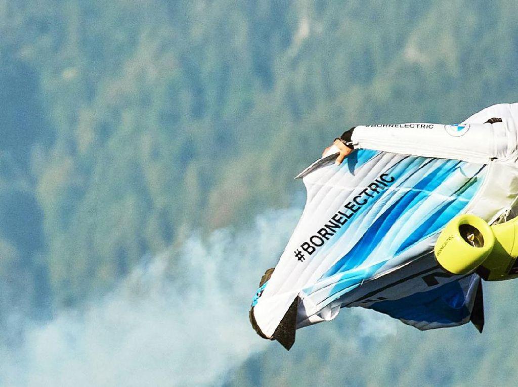 Bukan Mobil Terbang, BMW Bikin Baju Terbang Elektrik
