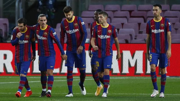Barcelona's Antoine Griezmann, second left, celebrates after scoring his side's second goal during the Spanish La Liga soccer match between FC Barcelona and Betis at the Camp Nou stadium in Barcelona, Spain, Saturday, Nov. 7, 2020. (AP Photo/Joan Monfort)