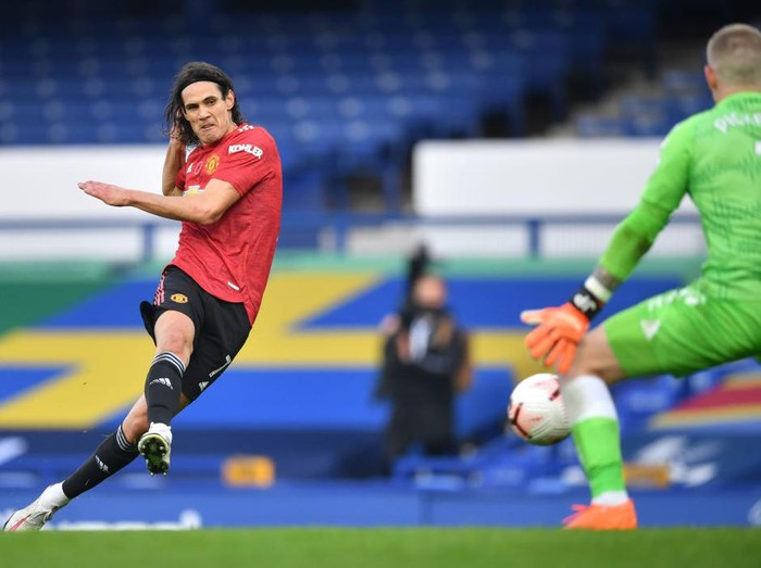 LIVERPOOL, ENGLAND - NOVEMBER 07: Edinson Cavani of Manchester United celebrates after scoring his teams third goal during the Premier League match between Everton and Manchester United at Goodison Park on November 07, 2020 in Liverpool, England. Sporting stadiums around the UK remain under strict restrictions due to the Coronavirus Pandemic as Government social distancing laws prohibit fans inside venues resulting in games being played behind closed doors. (Photo by Clive Brunskill/Getty Images)